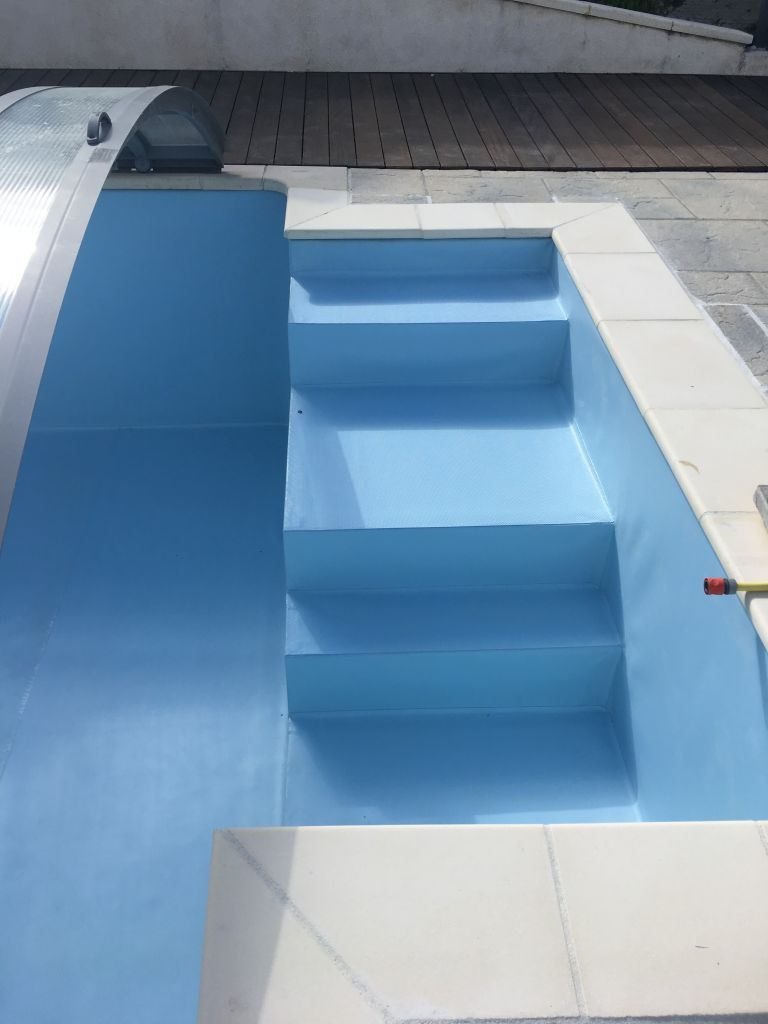 pose-revetement-liner-pvc-arme-bleu-clair-renovation-piscine-region-lyon-brignais-saint-genis-laval-mornant